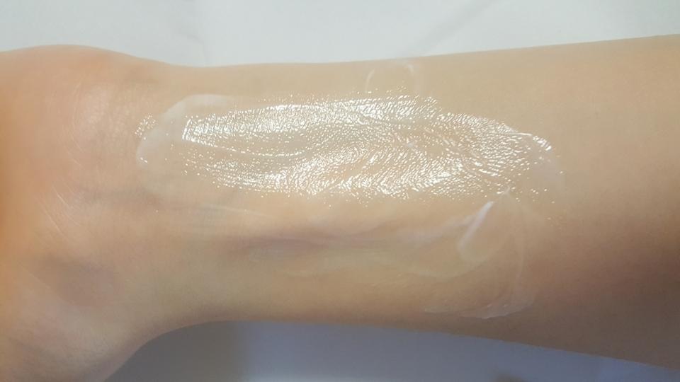 손목에 발라봤어요 처음에는 저런 형태로 발려서 피부에 흡수가 잘 안되는것 같다 라고 생각했는게 서서히 피부속으로 흡수되어 촉촉해 지는 그런 느낌이에요. 나중에 손목을 만져보니까 촉촉 그자체에여🤗