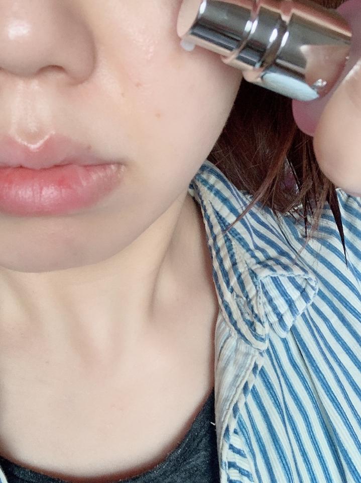 우선 기존 에센스 바르던 단계에서 적당량을 펌핑해 얼굴과 목까지 골고루 펴 발라 케어합니다. 앞에서 말씀 드렸다시피 흡수가 잘 되는데 빠른 흡수에비해 촉촉한 수분감이 정말 큰 장점이에요. 그리고 저는 색소가 과잉된 부분에 집중적으로 바르면 도움이 된다기에 볼 쪽 스트레스인 색소침착 부분을 조금 더 펑핌하여 꼼꼼히 케어했습니다. 리뷰가 늦어진 이유가 저 부분을 조금 시간을 두고 케어하면서 변화하는지 보려고 한건데 정말 눈에띄게 옅어져서 감격했어요 ˃̶᷄‧̫ ˂̶᷅๑  항상 에센스만 써 오던 제가 이번 #언파이벤트당첨 으로 #아이소이세럼 을 알게되어 앞으로는 직접 구매하게 될 것 같아요. 무엇보다 저는 은은한 #장미향 이 바를때 더욱 기분을 좋게 해 주었고 당김없는 산뜻함이 앞으로 점점 더워질 날씨에 더 안성맞춤이 아닐까 생각합니다. 완전 강력 추천!!!