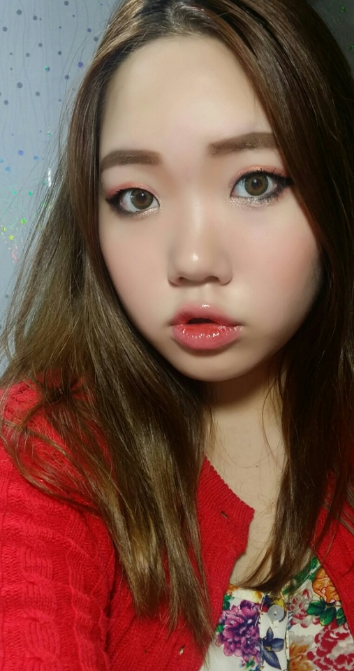 10. 입술안쪽에 오렌지 빛의 틴트를 사용해서        생기있게 연출합니다.  짠! 완성~^^ 그동안 제가 했던 메이크업 보다는 아이라인을 좀 더 두껍고 과감하게 그려봤는데 확실히 눈이 좀 더 커보이는 것 같네용♡