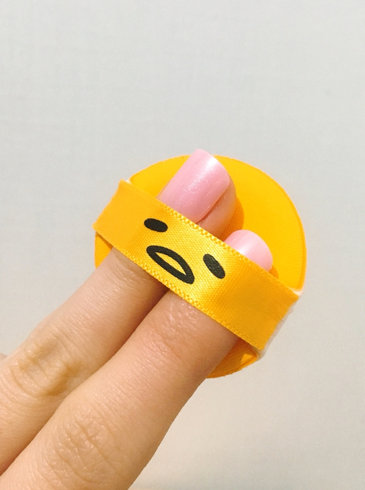 퍼프는 손가락 두개가 딱 들어갈 정도로 작은크기에요! 블러셔 퍼프는 크면 불편한데 요 퍼프는 작아서 영역 잡기 편했어요!