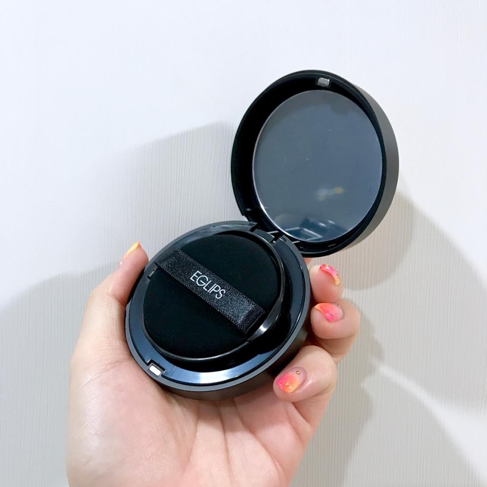 검은 퍼프가 들어있고 거울도 당연히 있어요!