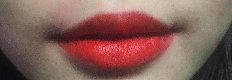 맥 레이디 데인저  워낙 유명해서 설명하기도 뭐하지만 선물받았을때 생각보다 오렌지가 더 많이 돌아서 조금 놀랐는데 색이 레드오렌지 좋아하시는분들이 딱 좋아하실만한 색이예요 각질부각도 전혀 없도 보통 립스틱보다 좀 매트해서 바를때 약간 뻑뻑한 감있어요