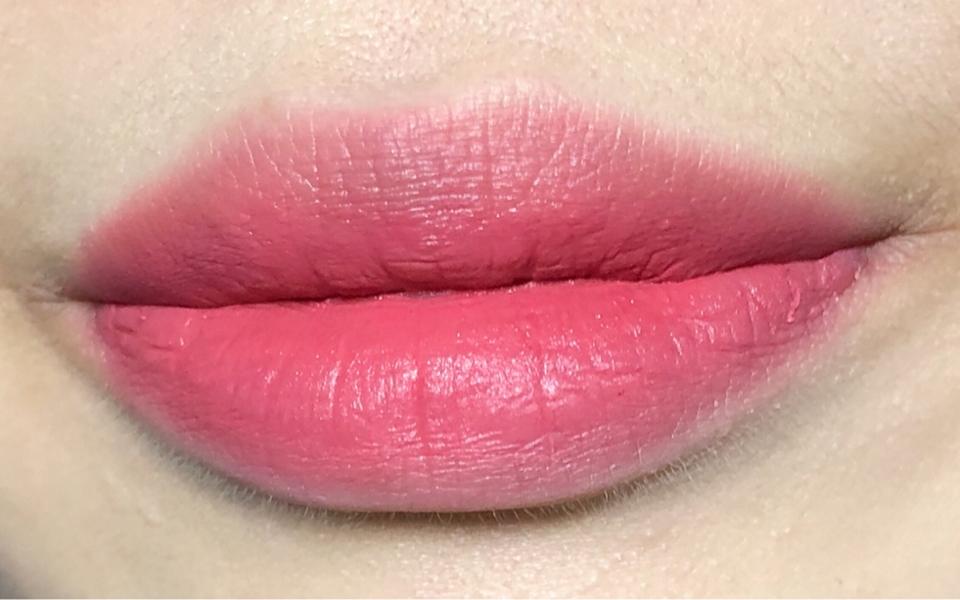 크리미한 텍스쳐가 건조함 없이 매트하게 입술에 부드럽게 착 밀착되는 립틴트랍니당!😊