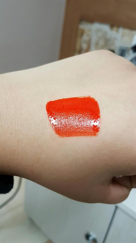 발색! 쨍한 오렌지에 레드를 뒤적뒤적해노은 색이에요 이색보단 한톤더 레드가 섞인색이에요