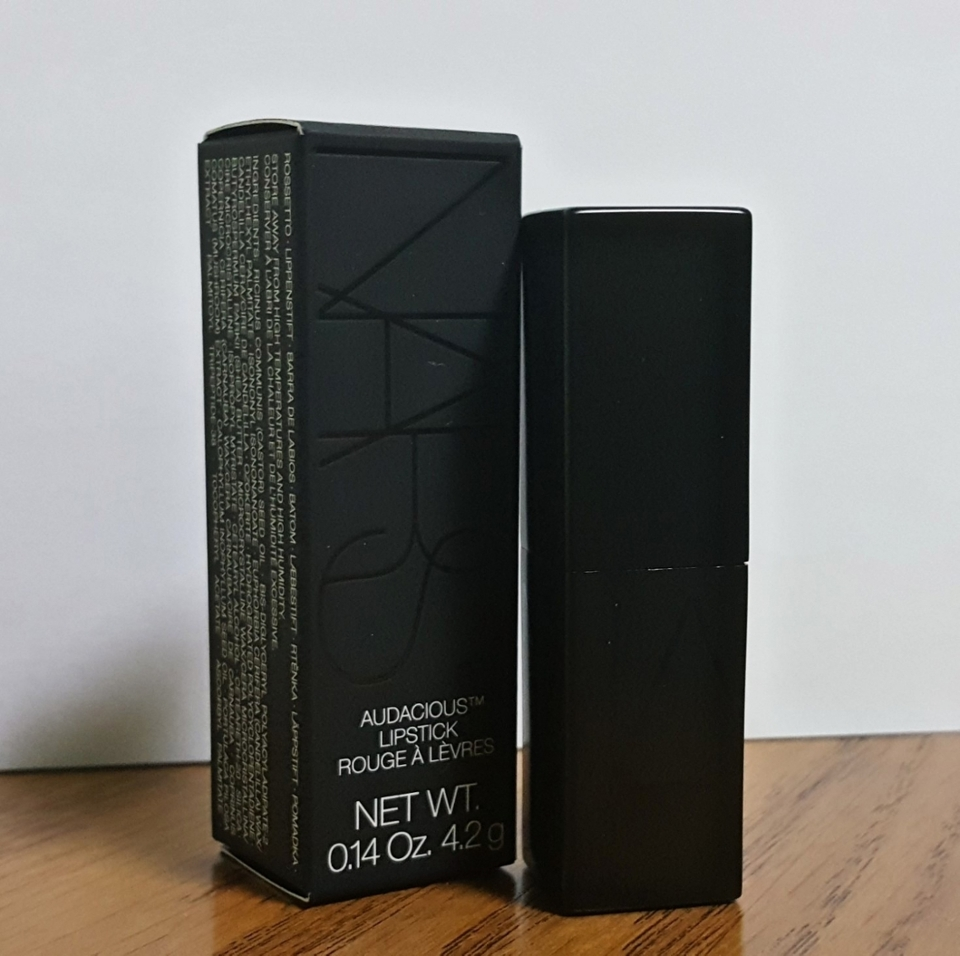 박스 케이스에서 뺀 후 보면 블랙 케이스에 밑에 부분에 나스가 적혀있으며, 뚜껑 닫고 열고 할 때, 자석이 있다 보니 촥하고 닫히고 열려요😆