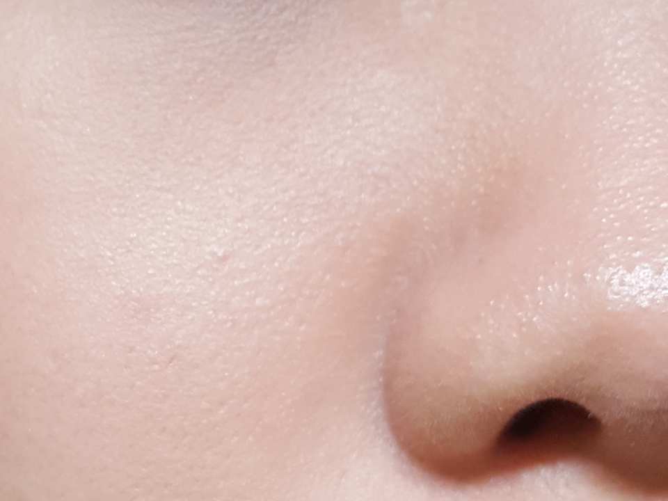 코 옆 붉은기를 가려주고(전 심한 편은 아니에요!)   피부에 싹 밀착이 되어서 피부가 매끄러워 보여요👍  커버력이 높은 제품은 아니지만 피부표현이 예쁜 베이스라고 생각하시면 돼용  모공부각, 주름부각 없었고 진주 컴플렉스가 있어 은근한 광이 돌지만  촉촉한 제품은 아닌 것 같아용(도구의 차이일 수도!-클리오 하이드로스폰지 사용)