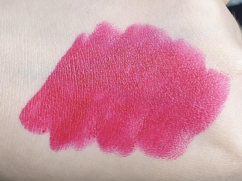 립스틱 손등 발색입니다~~  제품 이름이랑 똑같이 정말 딱 레드 립스틱이에요.