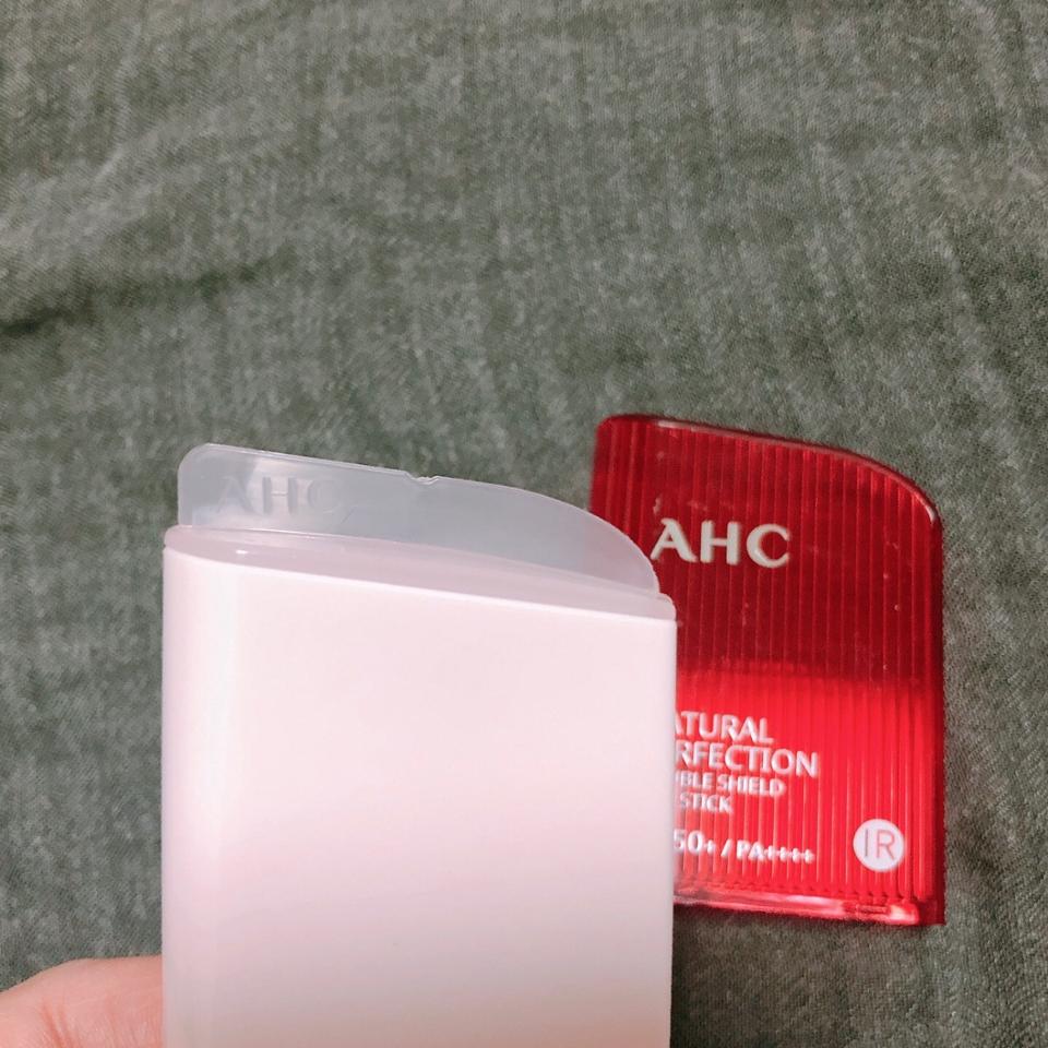 뚜껑을 열었더니 이런 센스가! 보통 선스틱 뚜껑을 닫으면 뭉개지거나 지저분해지는데 이런 작은 센스👍