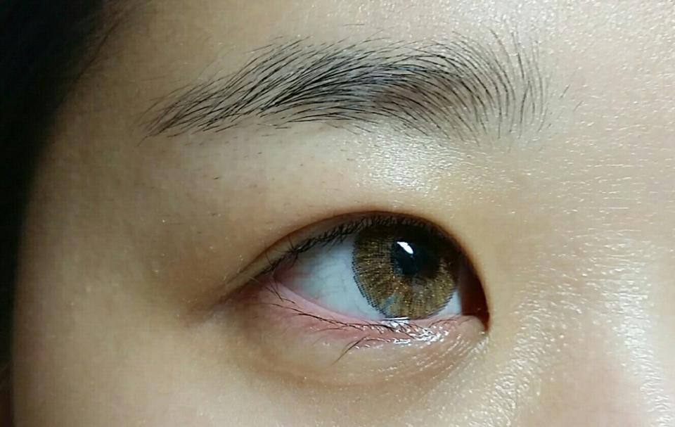 쌩얼에 착용했을 때에요 원래 제 눈동자는 갈색 정도인데 렌즈를 착용하니 노란빛 도는 갈색으로 발색이 되네요:) 확대하면 금펄이 콕콕 박혀있는 게 보여요! 엄청 티나는 펄감은 아니지만 데일리로 쓰기엔 살짝 화려한 느낌이에요💖