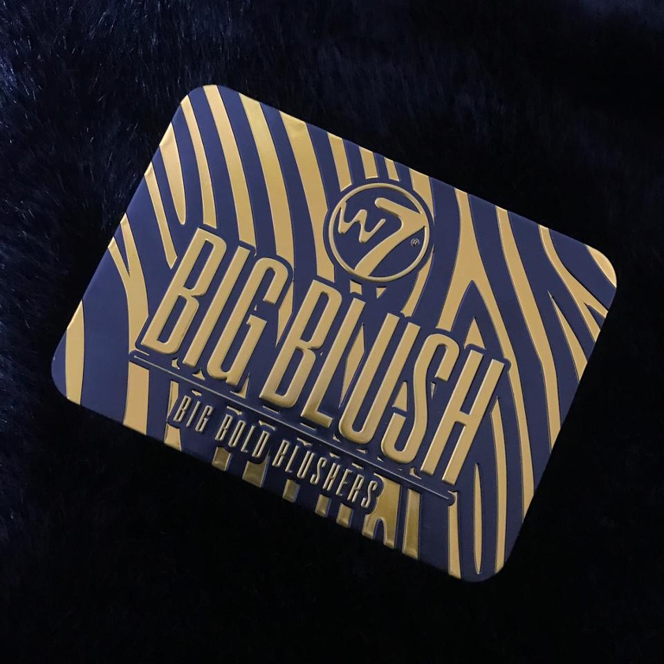 W7 빅 블러쉬 라는 제품입니다 철로 되어있어요 따로 패키징 없이 입구쪽에 스티커만 붙어온답니다 😒  박스 왜 없냐 왜!
