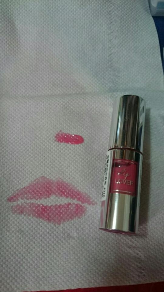 試色看起來像是桃粉紅的顏色,實際上唇以後會偏淡一些。持色度中等。