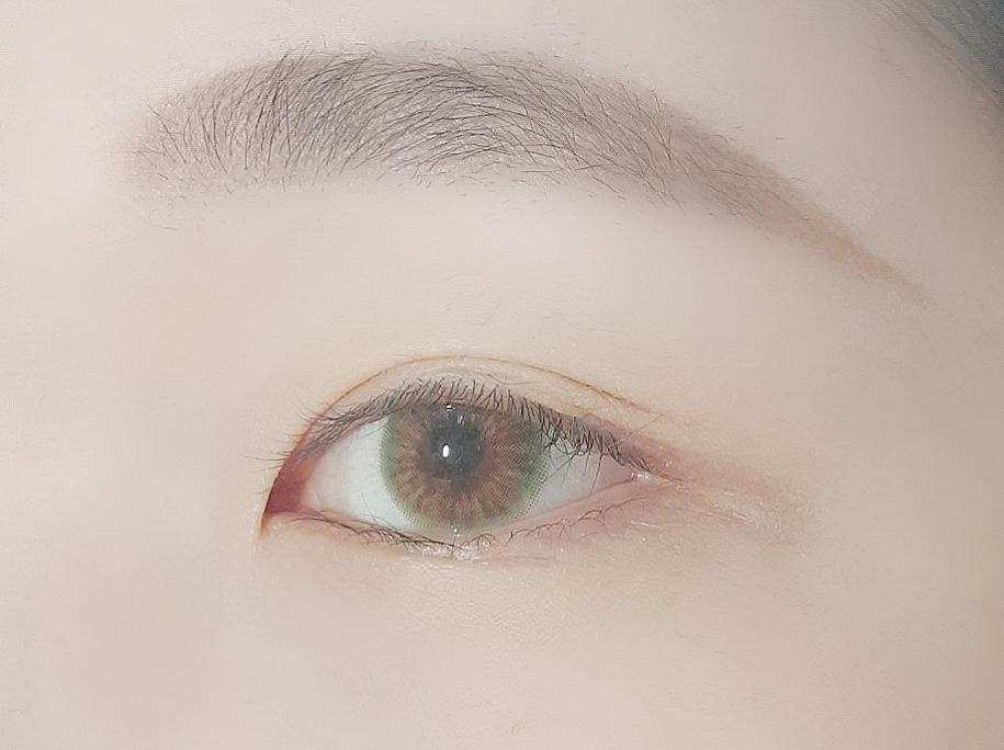 화장을 안 했을 때는 뭔가 심심한 느낌입니다! 이 렌즈를 착용 할 때는 아이라인이라도 그리는 걸로☆