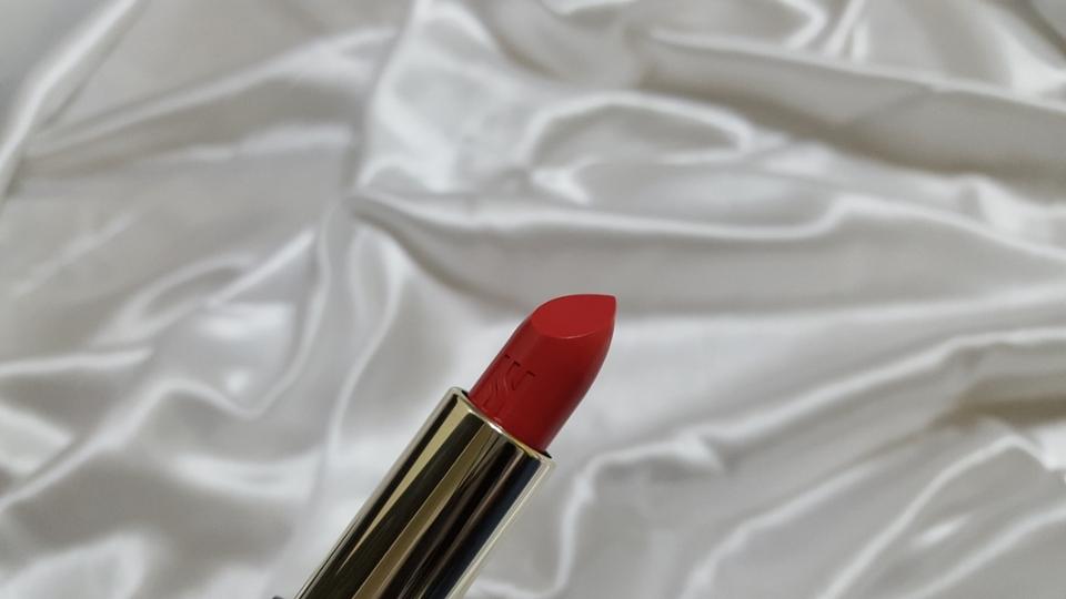 립스틱의 끝부분 쉐입이 사선으로 날카롭게 빠진편이라 립라인따라 그리기 너무너무 쉽습니다.