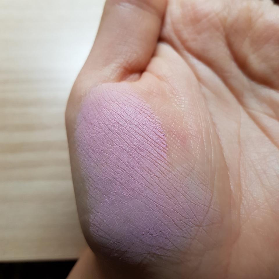 라벤더 블러셔지만 웜톤에게 추천 드리는 라벤더 색상이에요  웜톤이 썼을때도 다른 라벤더 제품들보다 얼굴에 덜 뜨는 느낌이어서 쓰기 좋았어요