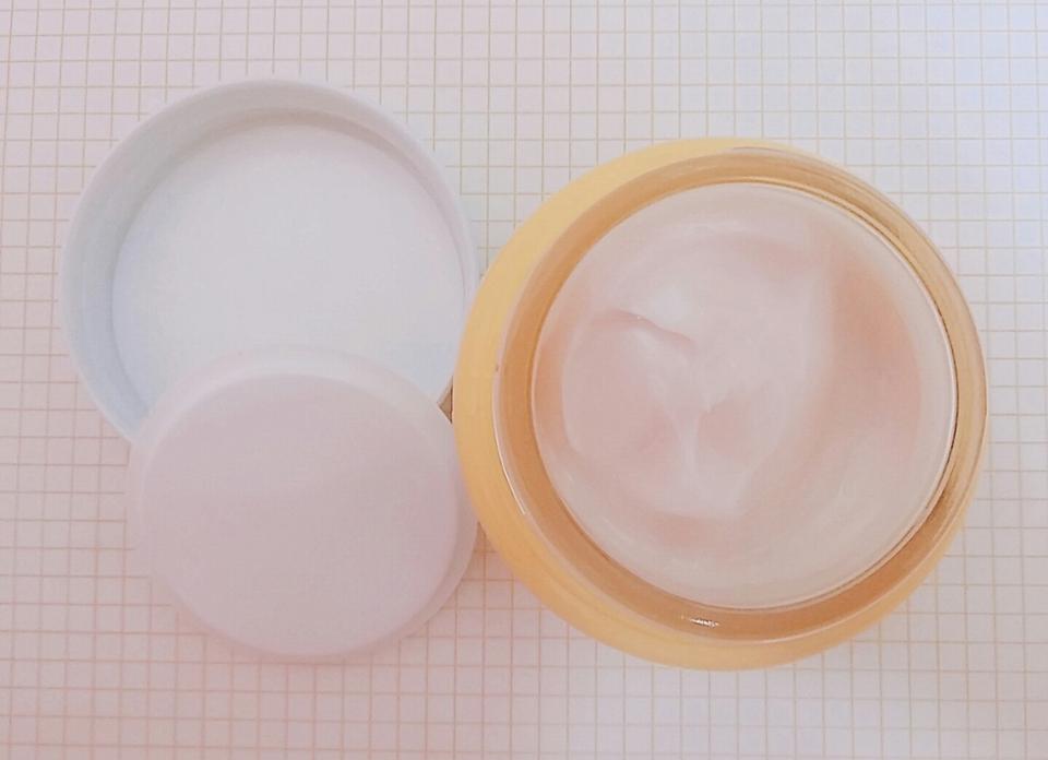 뚜껑을 열면 플라스틱 뚜껑이 또 덮혀있어요!  깔끔하게 사용할 수 있게 되어있어서 좋은 것 같아요😊
