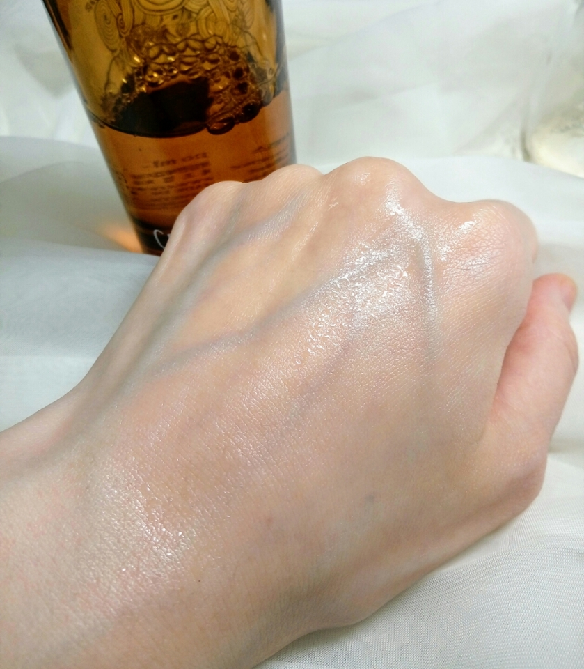 부드럽게 발리는데 흡수가 빨라서 싹 흡수돼요.  속은 촉촉해지는데 겉은 끈적임이 전혀 없이 보송해지니  피부타입을 가리지 않을 것 같아요!
