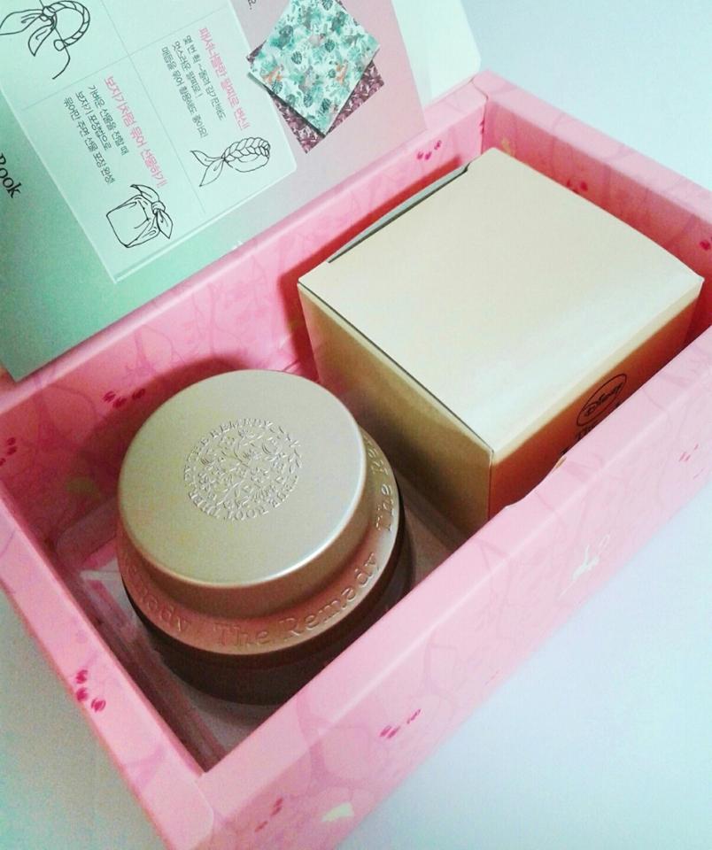 설명서도 빼면 이렇게 크림과 손수건이 들어있는 박스가있어용!!😆