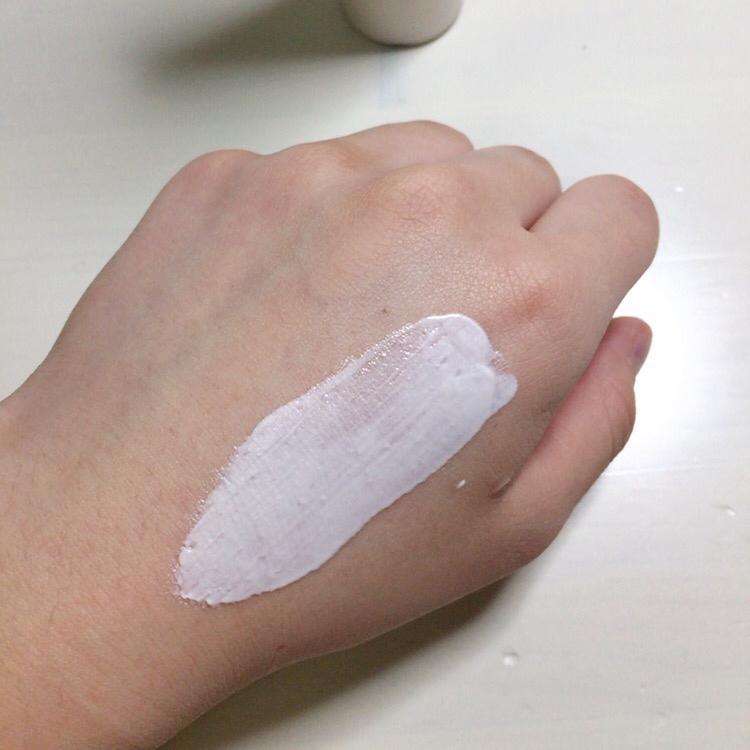 엄청 유명한 맥 스트롭크림과 비슷한 제품이라고 생각하시면 될것 같아요😉😉 발림성은 굉장히 부드럽고 묽은 크림처럼 발려요  그냥 하얀 색처럼 보이지만 바르면 다르답니다!!!🙃