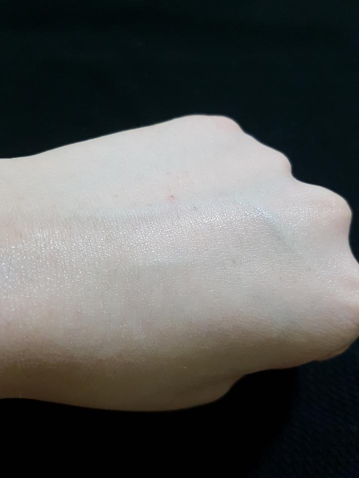 백탁현상 전혀없고  오히려 피부를촉촉하게 해줘요. 유분기없이 마무리되서  이거바르고 파데바르면 진짜 화장 잘먹더라고요😘😘😘