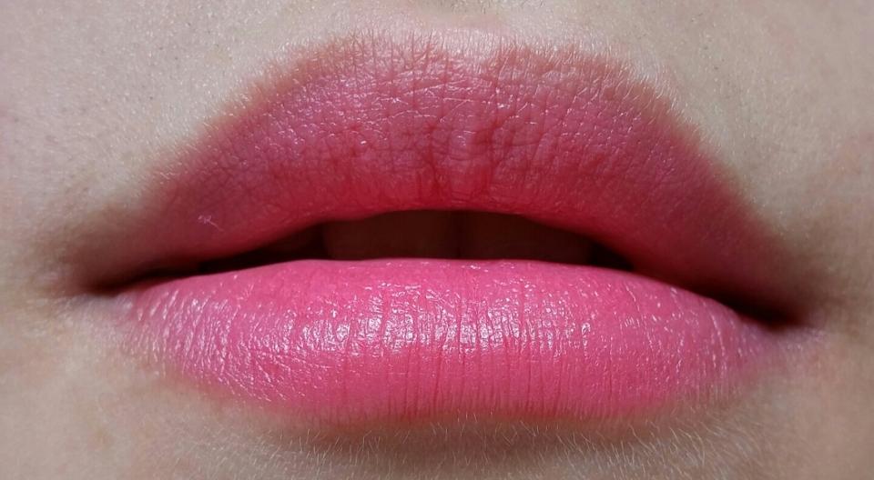 사람마다 립발색은 약간씩 차이가 있다는점 참고해주세요! 저는 입술색이 거의 없는편이라 따로 입술색을 없애진 않았는데 본통의 분홍느낌이 그대로 올라오더라구용👍