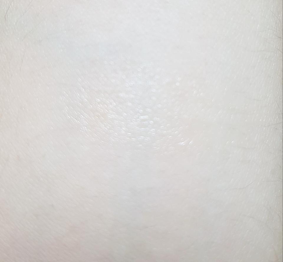 색상이 없는 제품이라 잘 표현되지가 않는데 니베아특유의 미끌미끌 끈적 텁텁한 느낌은 없고 딱! 정닥한 촉촉함을 가지고 있어요 바르기에 딱 좋았어요