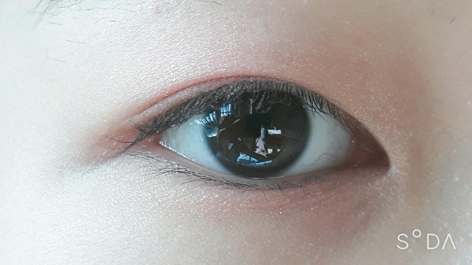 눈동자 중앙과 애교살에 에뛰드하우스 룩 앳 마이 아이즈 프루티 저기요 살구씨를 발랐어요
