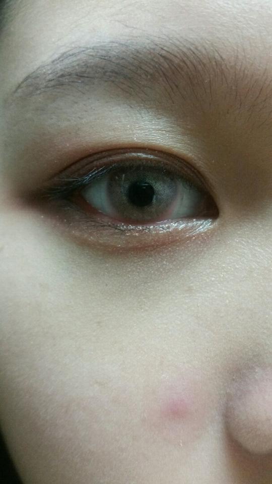 눈에 끼워보니 ... (말잇못) 진짜 뚜렷하지 않나요? 핑크 보다는 노란끼도 있고 그레이 처럼 보이기도 하는 것 같아요! 자세히 보시면 핑크 컬러 보여요!