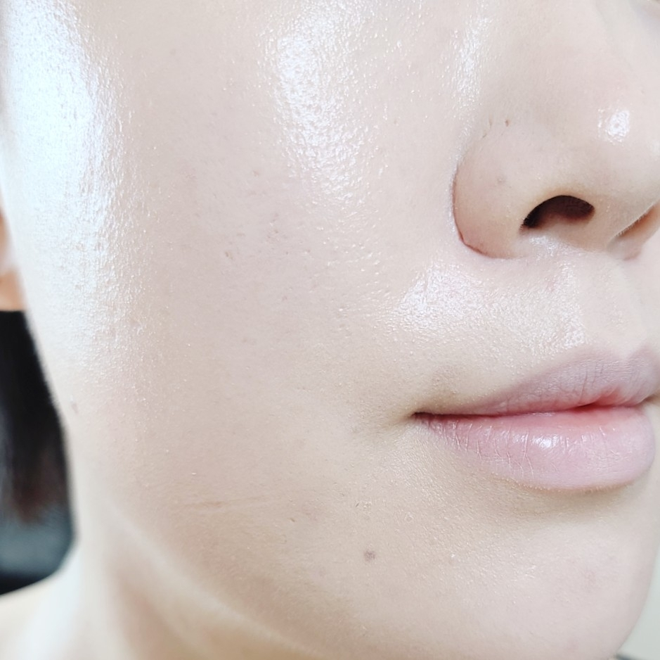 모공 프라이머 & 세미매트 쿠션 조합인데 피부가 건조해 보인다거나 피부 표현이 두꺼워 졌다거나 하는 느낌 전혀 없죠?    모공도 모공이지만, 모공 프라이머를 발랐을 때 피부가 훨씬 치밀해 보여서 한 번 손대면 놓을 수가 없슈😘    게다가 프라이머 처리를 해 놓으면 유분기도 훨씬 덜 올라오기 때문에 메이크업이 덜 무너지는 편이에요