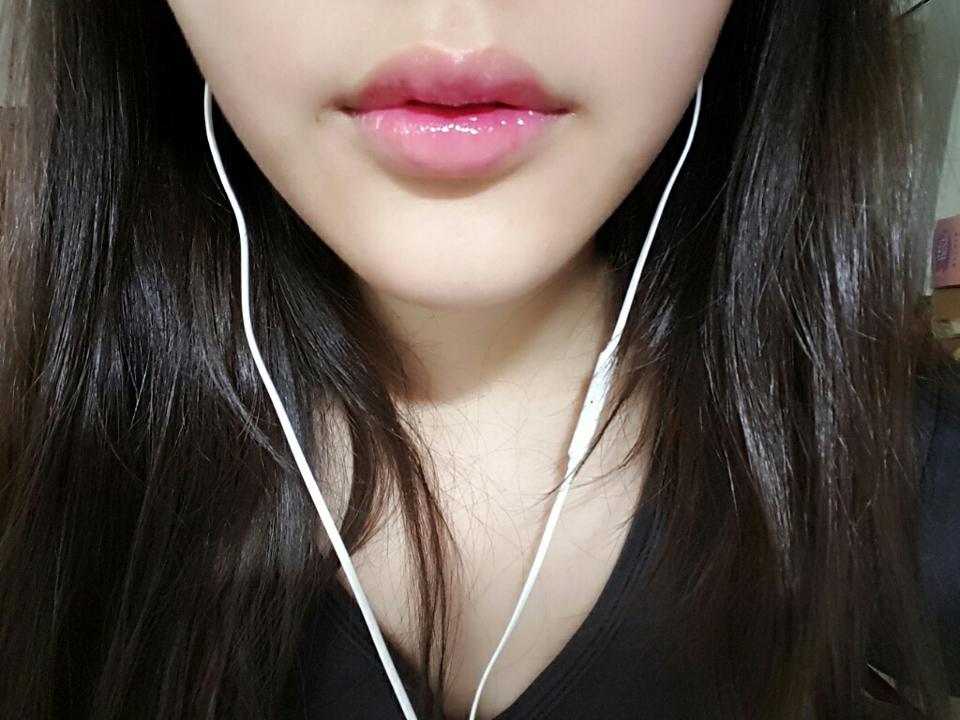 擦在嘴唇上很粉嫩自然,反覆擦幾次也不會起屑屑(有先上護唇膏),它的保溼度還不錯,因為我嘴巴很容易乾,所以我很注重保溼好的唇膏。