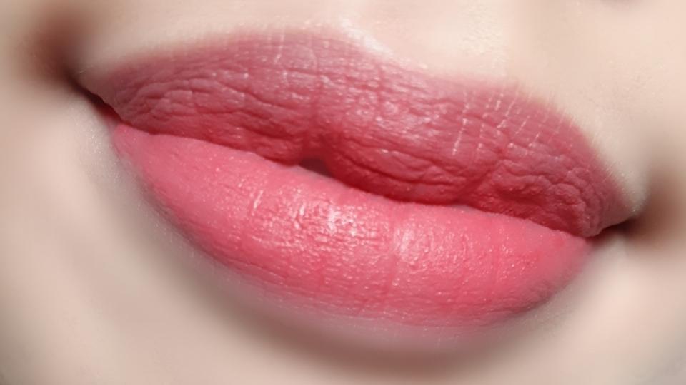 입에 발색하면 노란피부에는 타로케이크가 코랄빛이 돌게 보여서 웜톤에도 어울리는 핑크로 발색돼요!