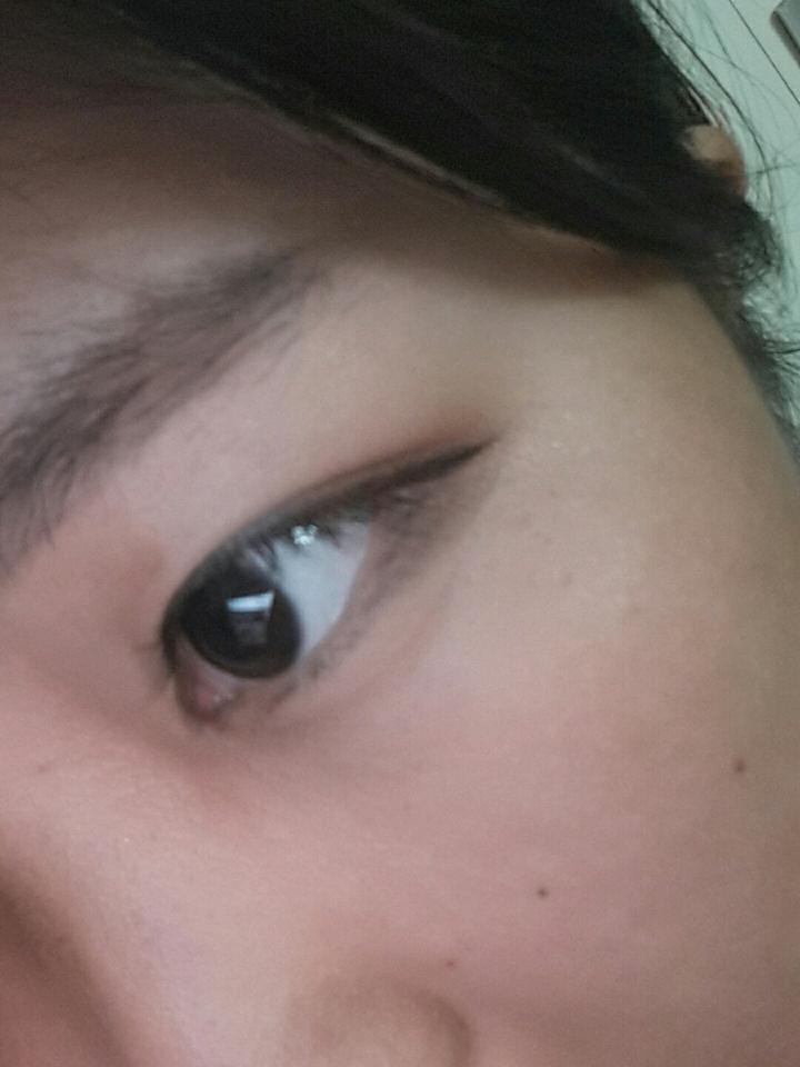 채워진 삼각존에 맞춰 아이라인을 그려주세요 이때 눈이 쳐져 보이도록 그려주는게 포인트! ※사용 제품 더샘 에코 소울 브러쉬 라이너 02. 딥 브라운