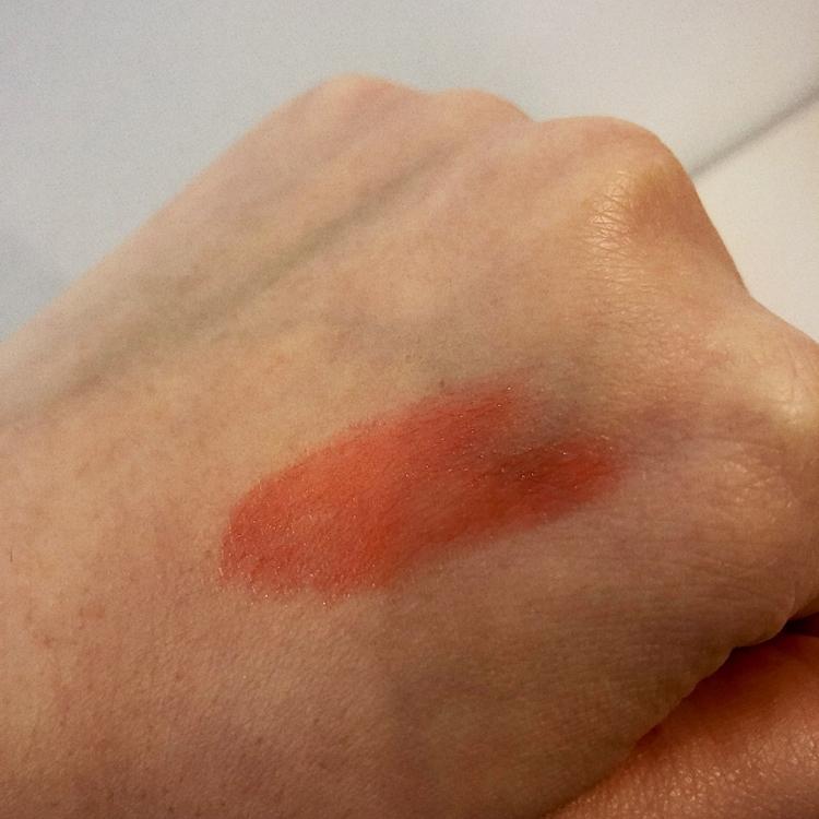 손등에도 발색을 해보았을때 코랄주황색에 가깝고 매트하지않고 살짝 빤짝거리는 느낌을 줍니다:)