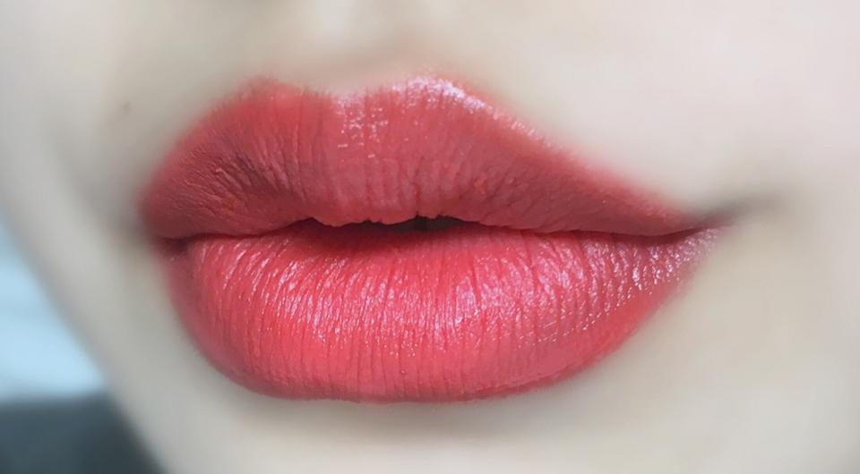 입술 발색 샷이에요 약간 핑크코랄색인거 같습니다~ 입술 각질제거 지대로 하고 바르면 느낌 쏘 굿! 각질있을 때 바르면 전 좀 입술에서 겉도는 느낌이 들고 애초에 전 입술에 각질있는걸 싫어해서 그런 느낌을 받는것 같아요 ㅠㅠ