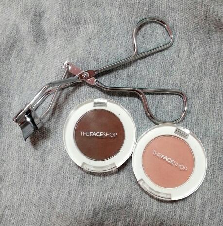 우선 사용 제품 먼저 알려드릴게요! 순서는 왼쪽부터에요 :)  미샤 아이래쉬 뷰러 , 더페이스샵 싱글 섀도우(매트) '초콜릿', '리얼진저'