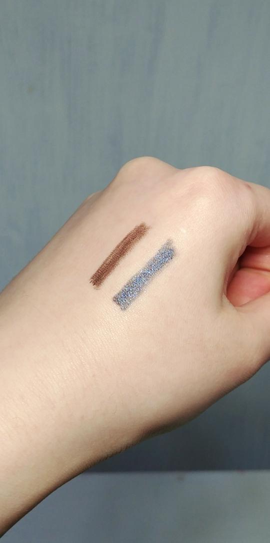 조명아래서 찍은 사진 입니다!  라피스라줄리 컬러 넘나 예뻐요! 너무 난해하지 않은 푸른 남색빛으로 반짝여요 제가 봤던 파란색 라이너들 중 가장 이쁜듯💕