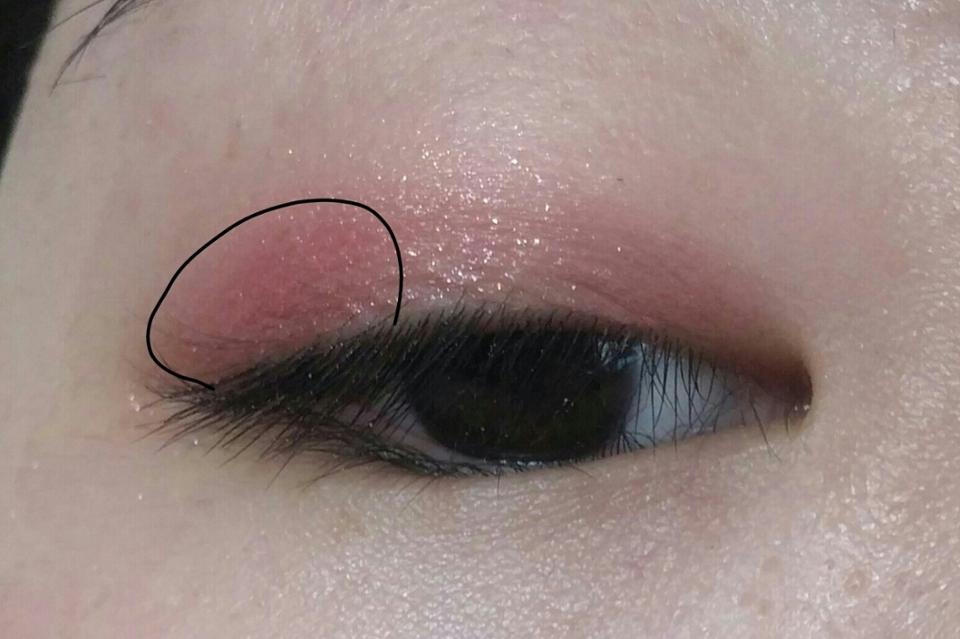 눈꼬리쪽에 핑크컬러로 그라데이션 넣어주세용!!!