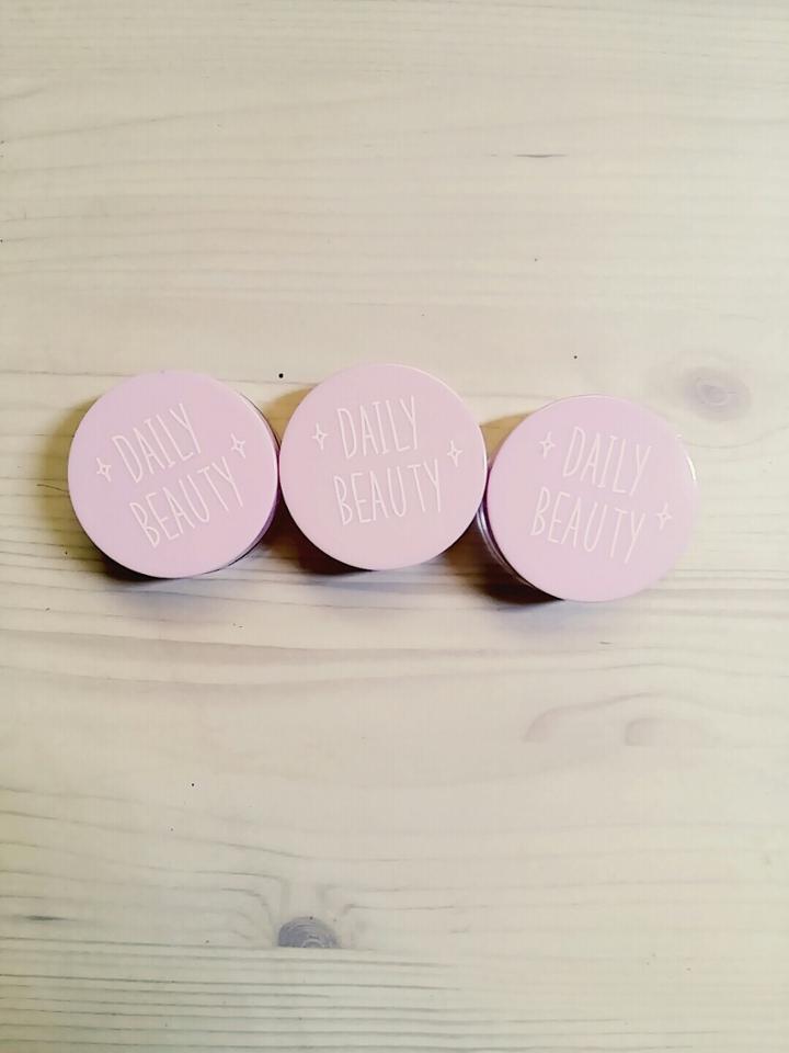 데일리뷰티💄👠👝라는 글씨와 함께 핑쿠한 뚜껑의 디자인인 크림공병! 디자인 제가 되게 좋아하는 심플한 디자인이예요~