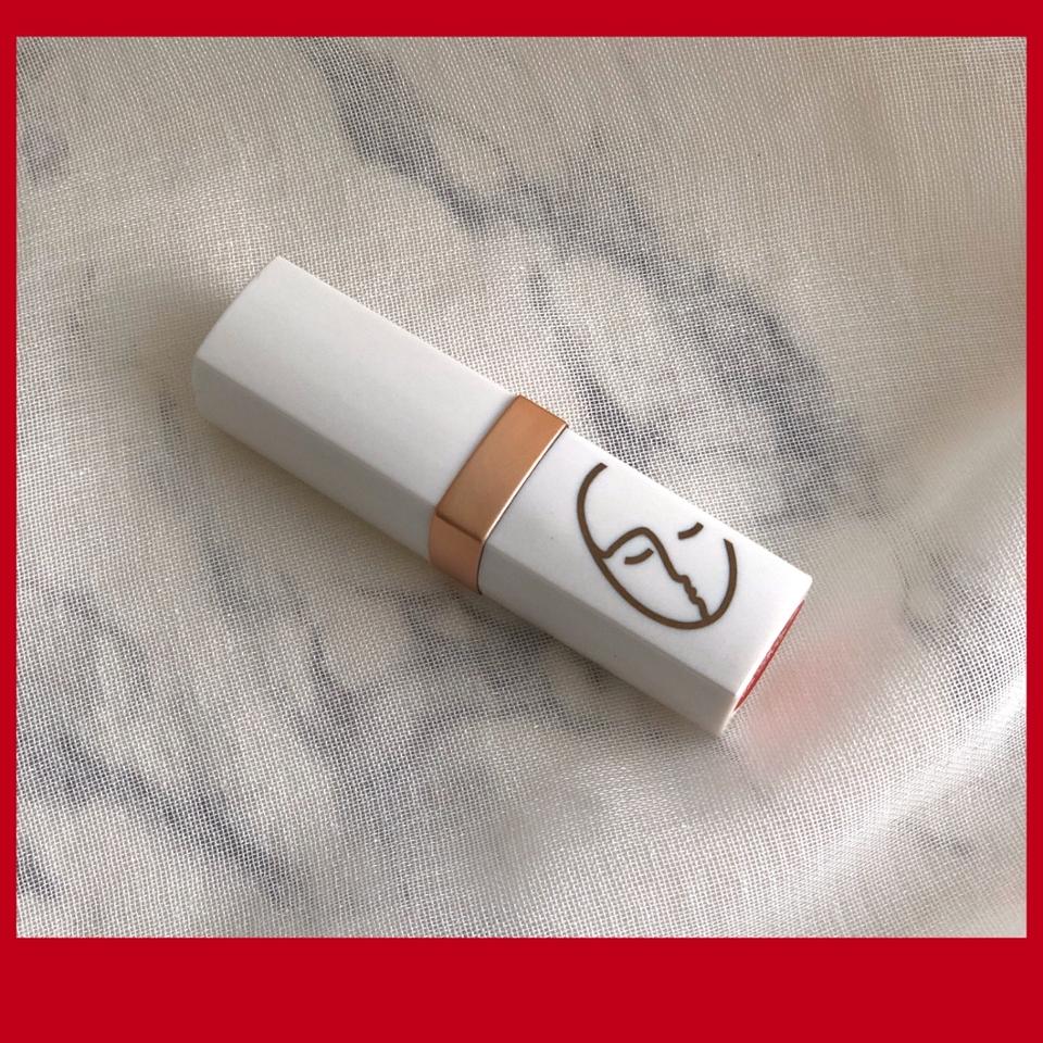 한번의 터치로 본연의 컬러를 선명하게 발색되는 벨벳타입의 고발색 립스틱이에요