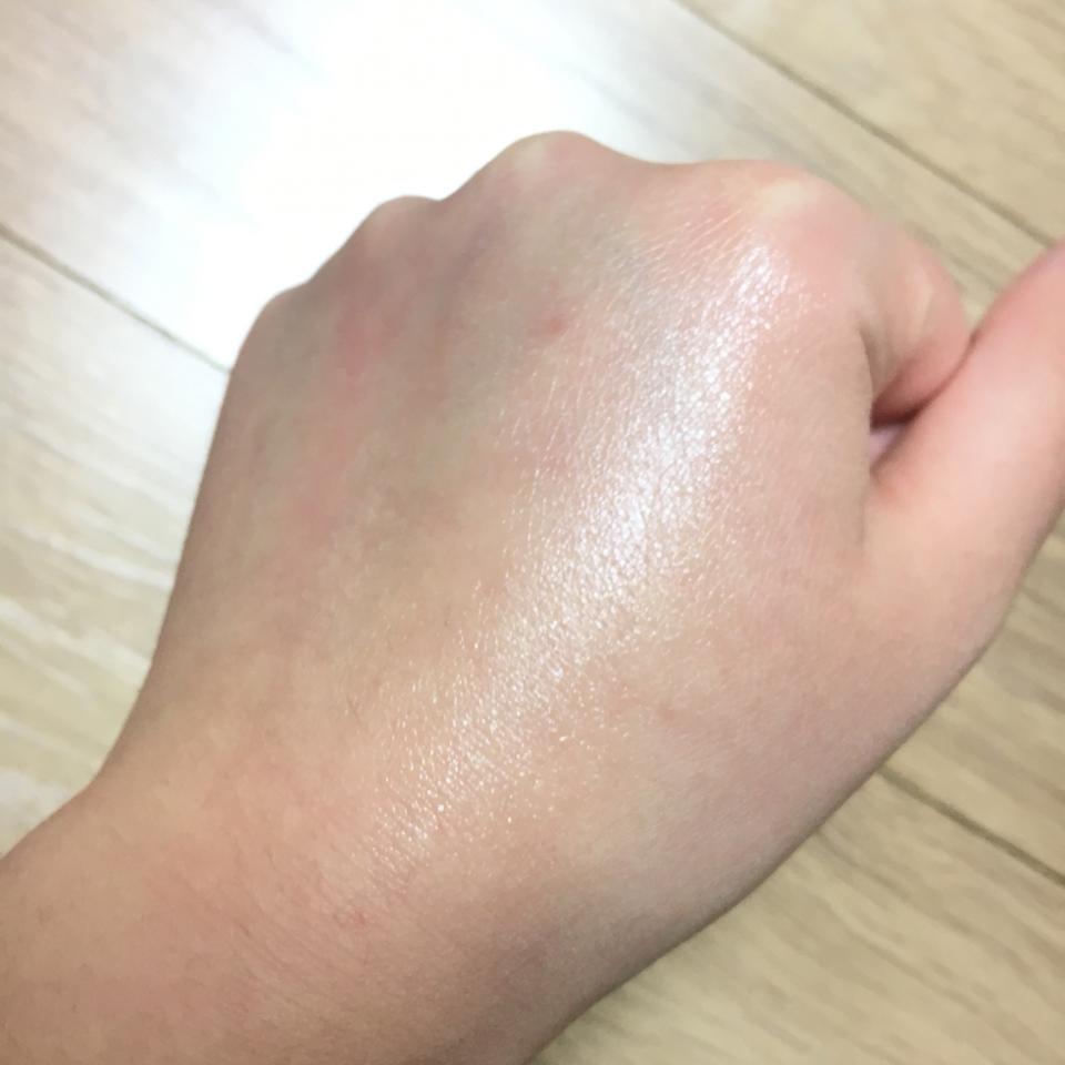 튜브형을 바로 손등에 발라보았는데요 정말 쫀쫀한.. '압축보습' 이라는 말에 공감해요! 굉장히 쫀득쫀득하고 힘있는 보습감이 느껴졌어요
