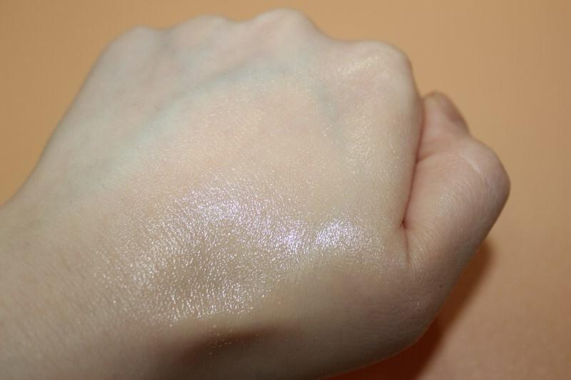 손등에 손으로 문질러봤는데 굉장히 가볍고 주름사이를 조금도 놓치지않고 꽉 메꿔주더라구요!