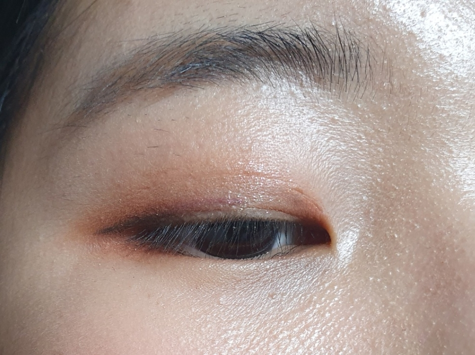 눈에 발색해보았습니다! 저는 23호 컬러 피부이기 때문에 밝은 컬러는 잘 안보여서 진한색 위주로 메이크업을 해봤어요