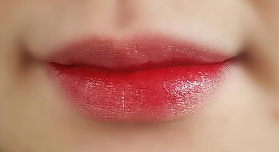 좀더 진하게 바른모습이에요!! 색 정말 이쁘지않나요?  약간의단점이있다면 입술 안쪽은 잘 마르지않아 묻어나오는게 있어요😶