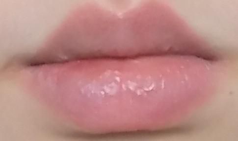 오렌지펀치 컬러를 발랐다가 휴지로 지운 직후 아무것도 안바른 입술색이에요 보다시피 착색이 전혀 없어요