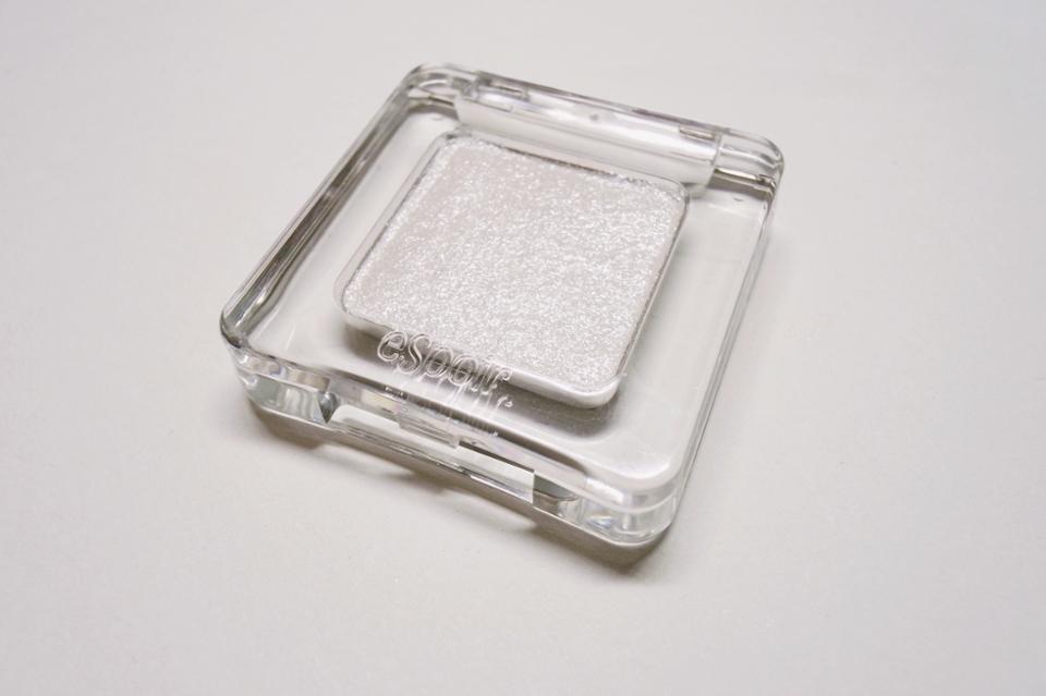 에스쁘아의 섀도에요! 확실히 좀 더 저렴한 로드샵제품보다는 무게감이 달라요 좀더 묵직하고 플라스틱부분이 유리같은 느낌이 드는 디자인이에요