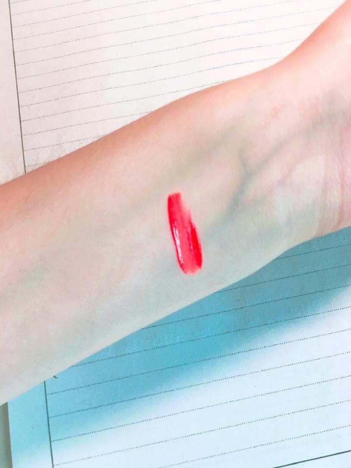 손목 발색샷인데요 저색보다 살짝 오렌지끼돌아요 저만큼 핑크끼는 돌지않아요