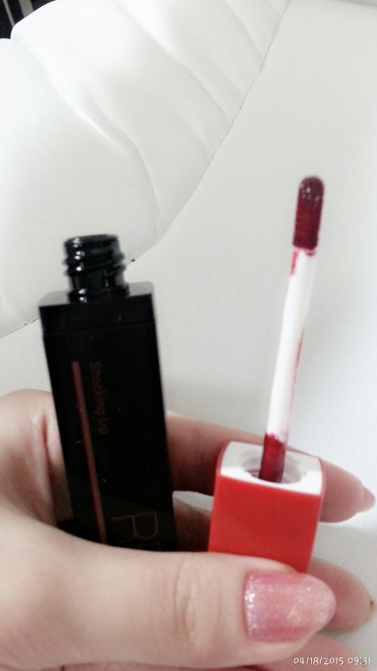 딱 보기에도 엄청 빨개보이는 색깔이죠?ㅋㅋ 핑크는 약간 핫핑크계열의 색깔같아보였어요. 발림성은 아주좋았어요. 전 이거 가방에 넣고 다닐일은 없을거같은데, 가방에 넣고다닐때 주의하셔야할듯...ㅜ.ㅜ