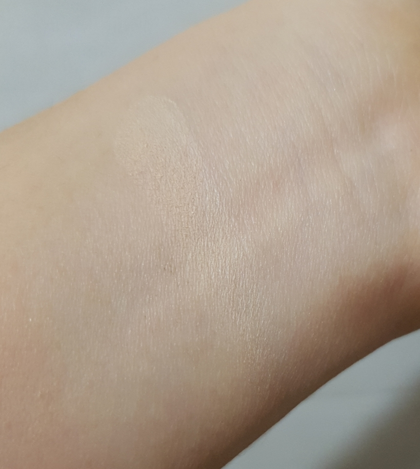 발색샷입니다!! 자세히 보면 보이시나요?? 제가 가진 살중에 제일 흰색부분인 손목인데도 더 하얗습니다!!