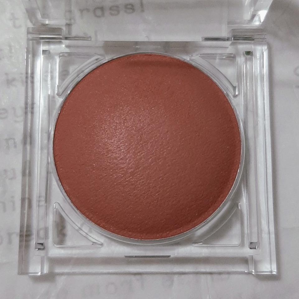 • B02 누드대즐링  오렌지와 핑크가 적절히 섞인 브라운🍂 실제로는 사진보다 색이 더 연해요! 과하지 않은 금빛펄이 박혀 있어 더 고급진 느낌을 주고 웜톤한테 잘 어울릴만한 컬러랍니다