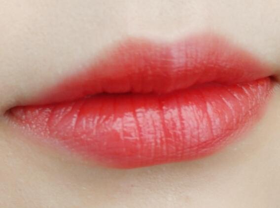 오늘 #맥 #칠리에 디올 립글우 살짝 얹은 발색입니다~ 가끔 촉촉립이 예쁘다고 느껴질때! 입술에 볼륨감주고 싶을때~ 입술상태 안좋을때 발라주기 좋은 립밤!