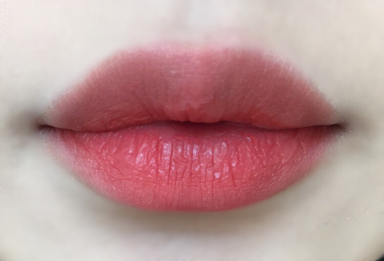 그라데이션 손목발색 입술네 발랐을때와는 색감이 살짝 달랐지만!' 그래도 너무 예뻤어요!!  개인차가 있겠지만 제 입술에서는 코랄빛이 살짝 도는 브릭베이지색으로 발색되었어요!!